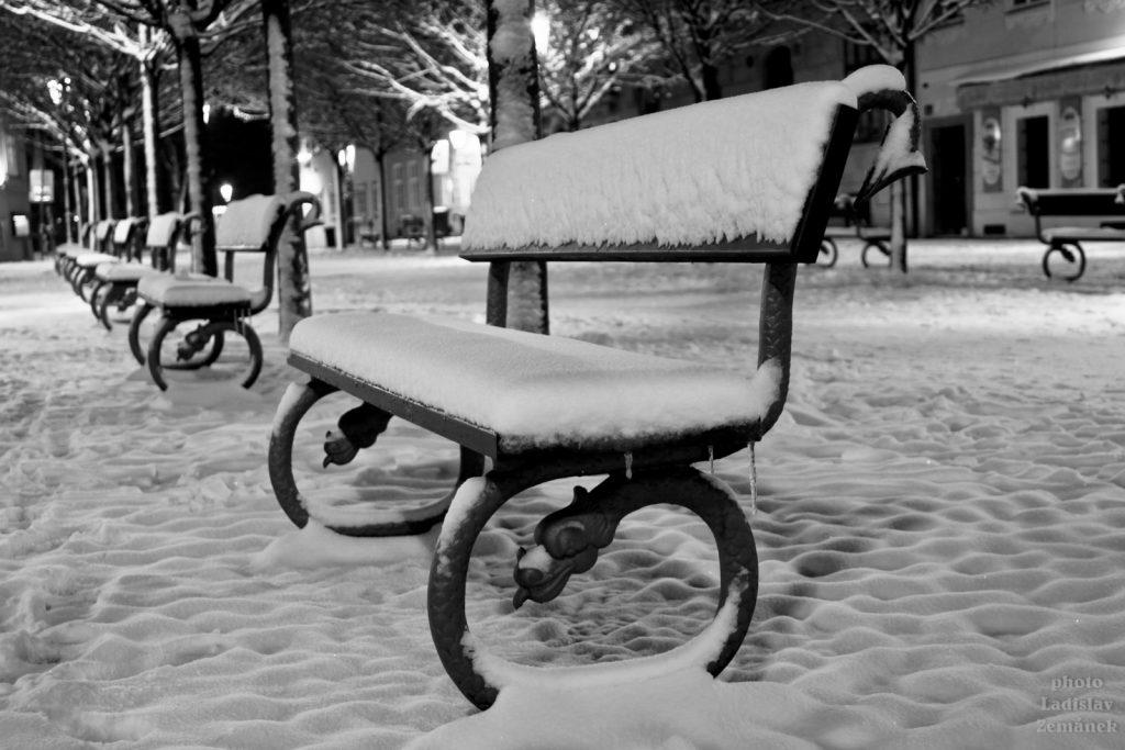 Zasněžená lavička na Kampě