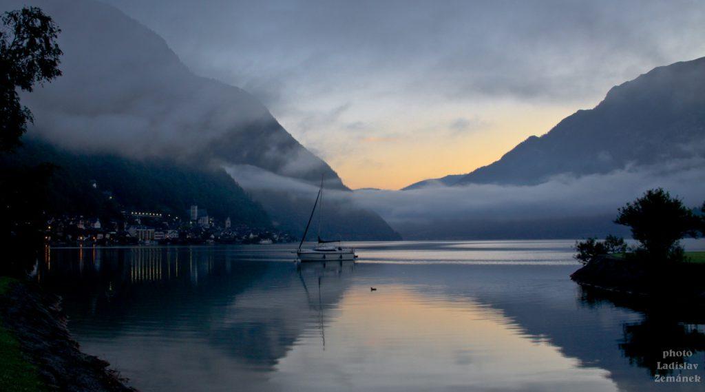 Hallstatt a jezero za svítání