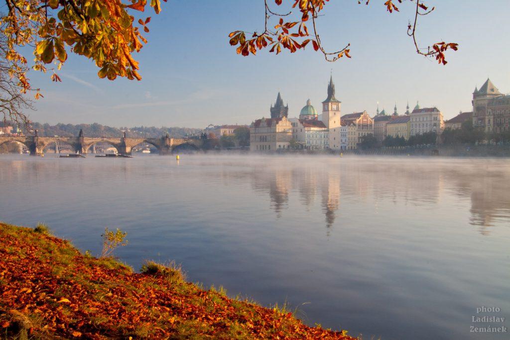 Mlhavé podzimní ráno u Karlova mostu