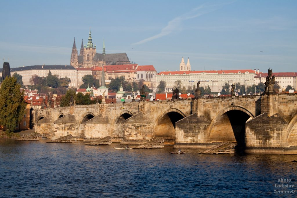 Panorama Karlova mostu a Hradčan
