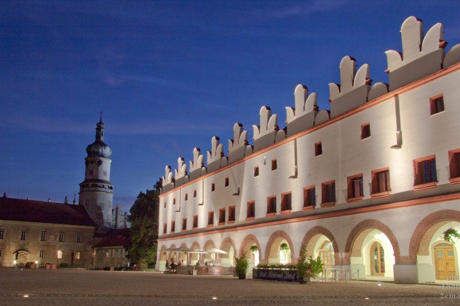 Nové Město nad Metují - večer na náměstí