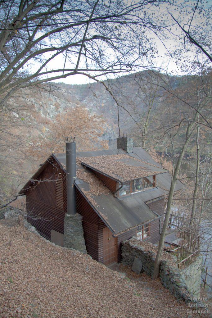 chata u řeky