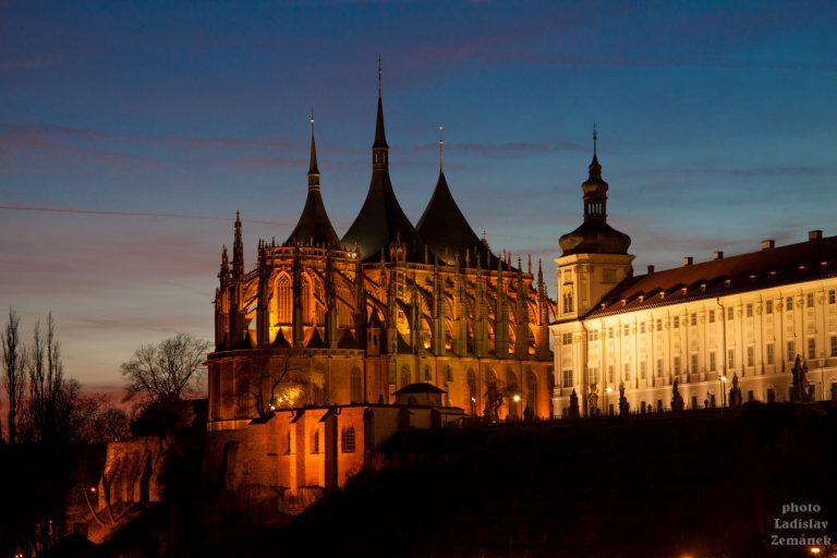 Chrám svaté Barbory a Jezuitská kolej s večerním osvětlením