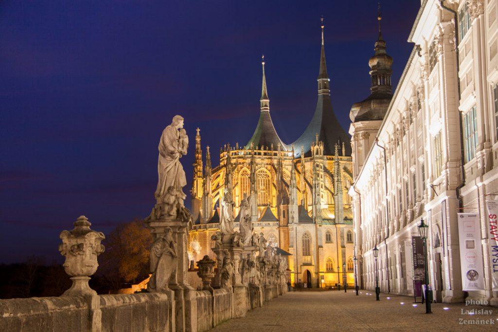 Chrám svaté Barbory a terasa před Jezuitskou kolejí s večerním osvětlením
