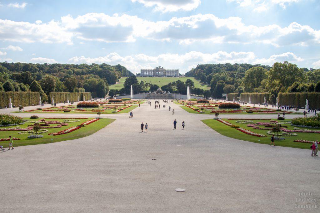 Zámecký park Schönbrunn s Neptunovou fontánou a vyhlídkovou terasou Gloriette