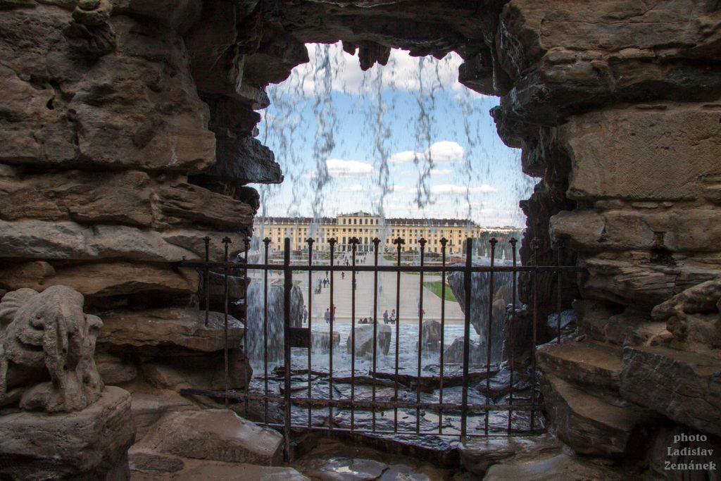Průhled Neptunovou fontánou
