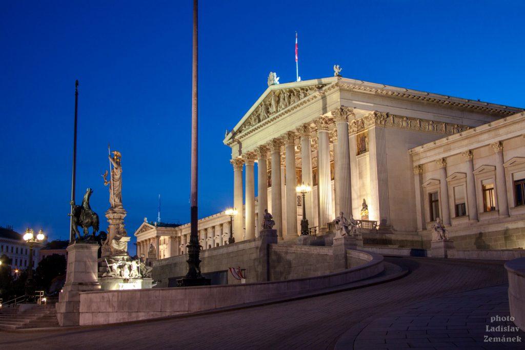 Večerní pohled na Vídeňský parlament
