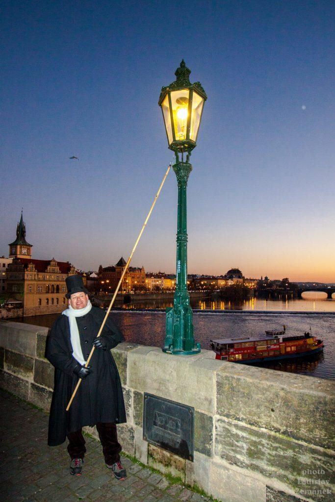 Lampář na Karlově mostě během adventu