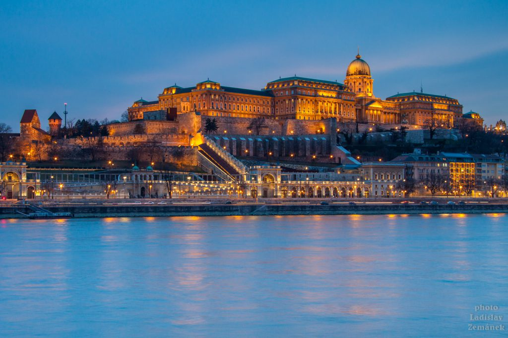 Výhled na Dunaj a hradní vrch v Budapešti