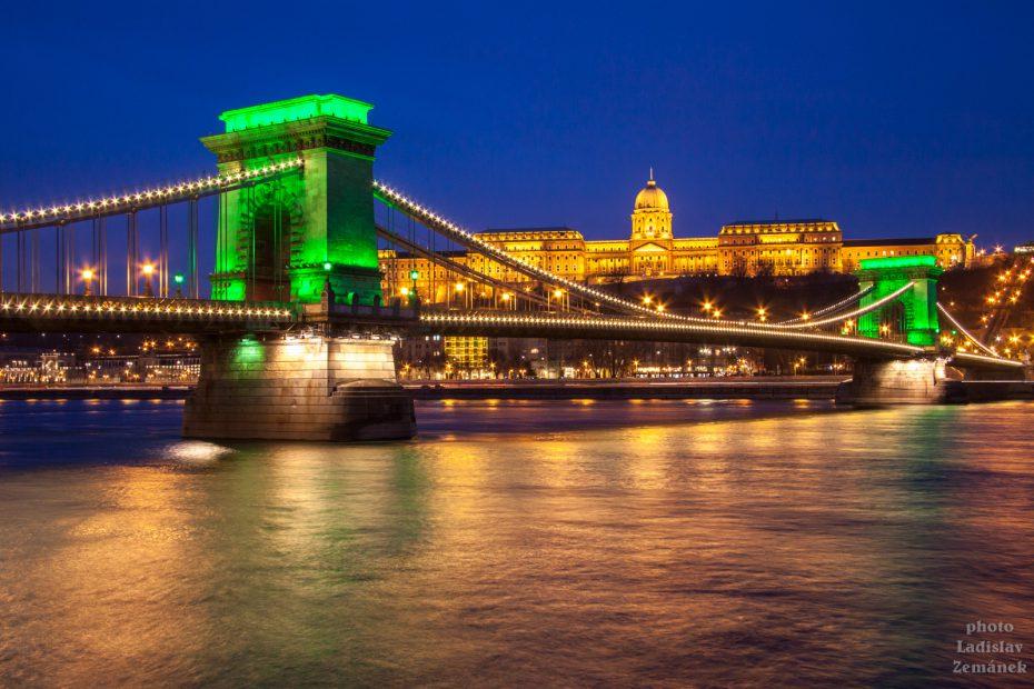 výhled na večerní Dunaj, Řetězový most a Hradní vrch