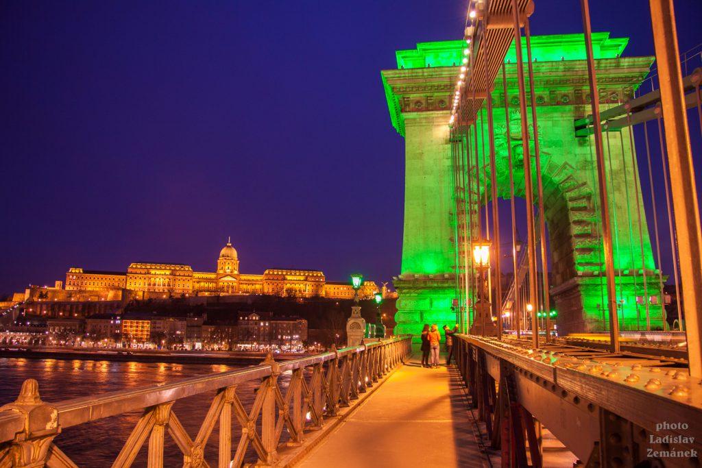 výhled na večerní Řetězový most a Hradní vrch