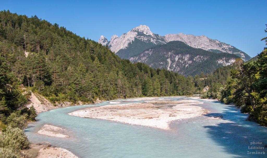 Řeka Isar a výhled na hory