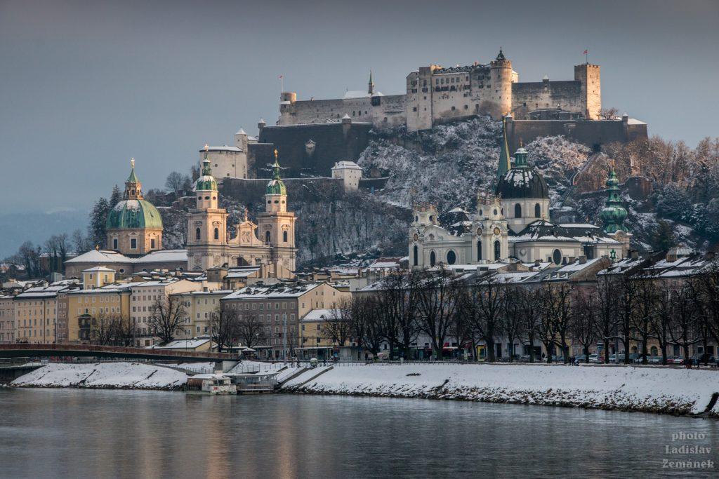 Zimní výhled na Pevnost Hohensalzburg a řeku Salzach