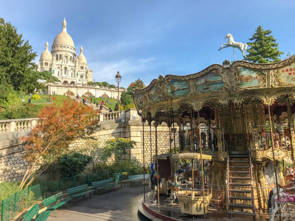 Paříž - kolotoč Montmartre Carousel a bazilika Sacre-Coeur