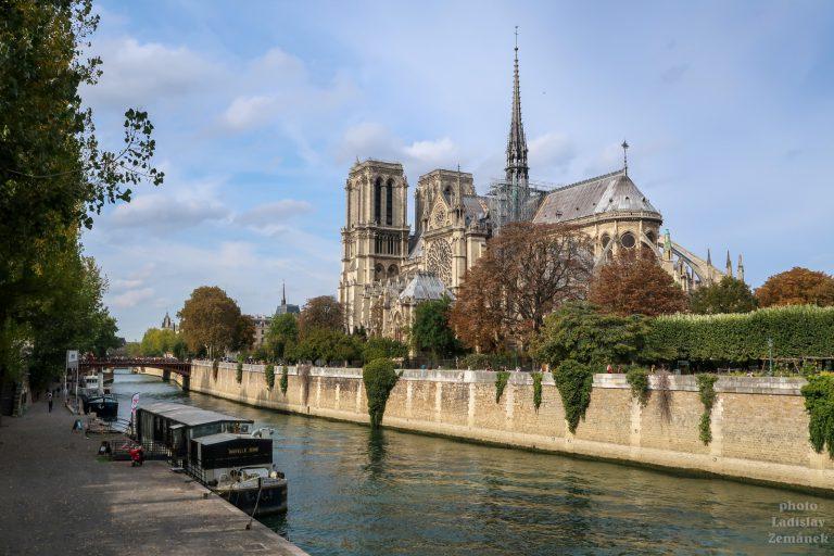 Podzimní Seina s loděmi a Notre-Damea Notre-Dame