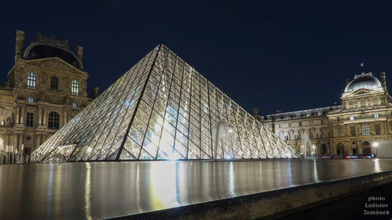 skleněná pyramida - Louvre