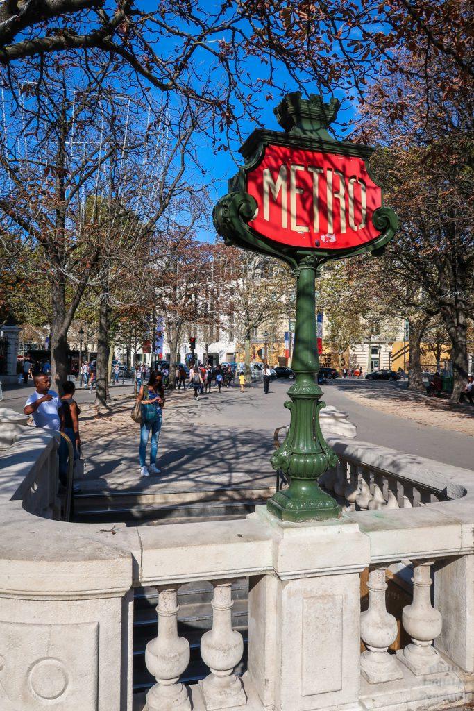 Champs-Élysées - vstup do metra