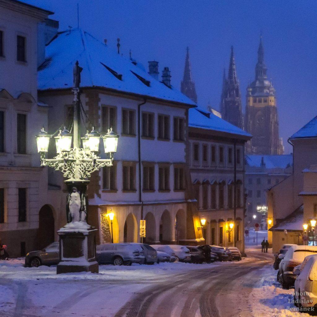 Večerní Hradčany pod sněhem