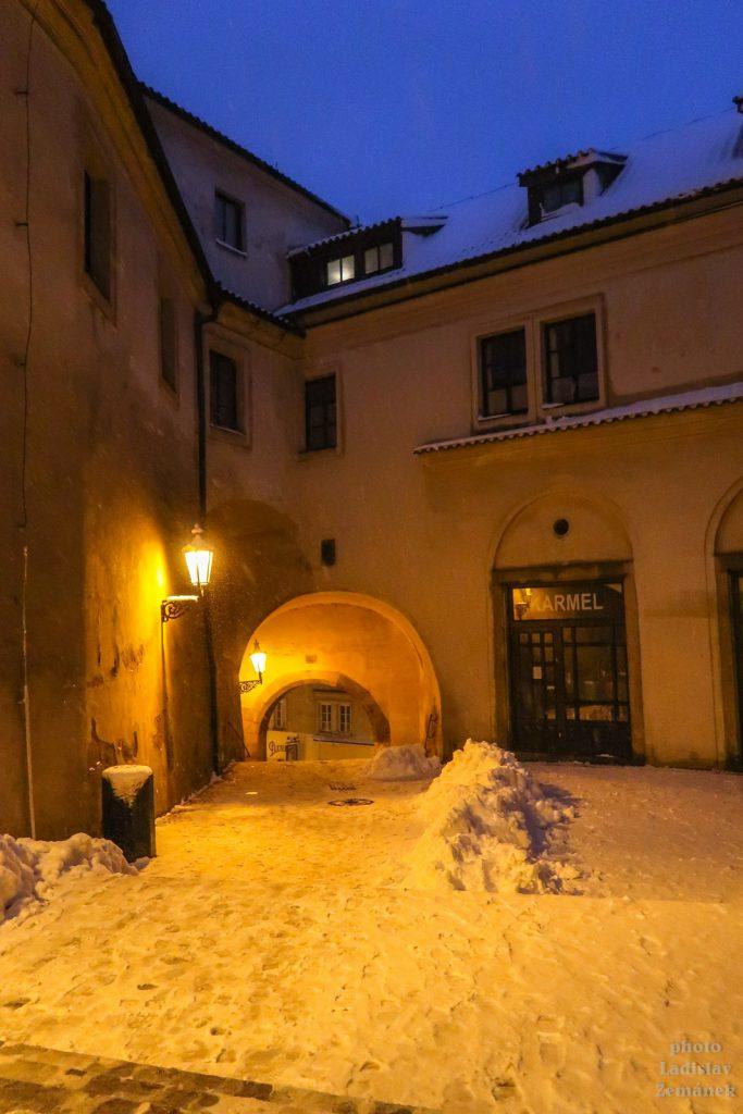 Večerní Radnické schody pod sněhem