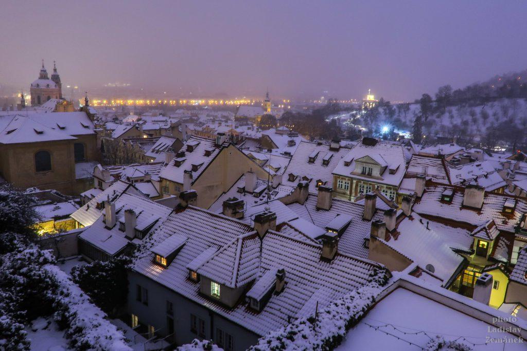 Zasněžené malostranské střechy