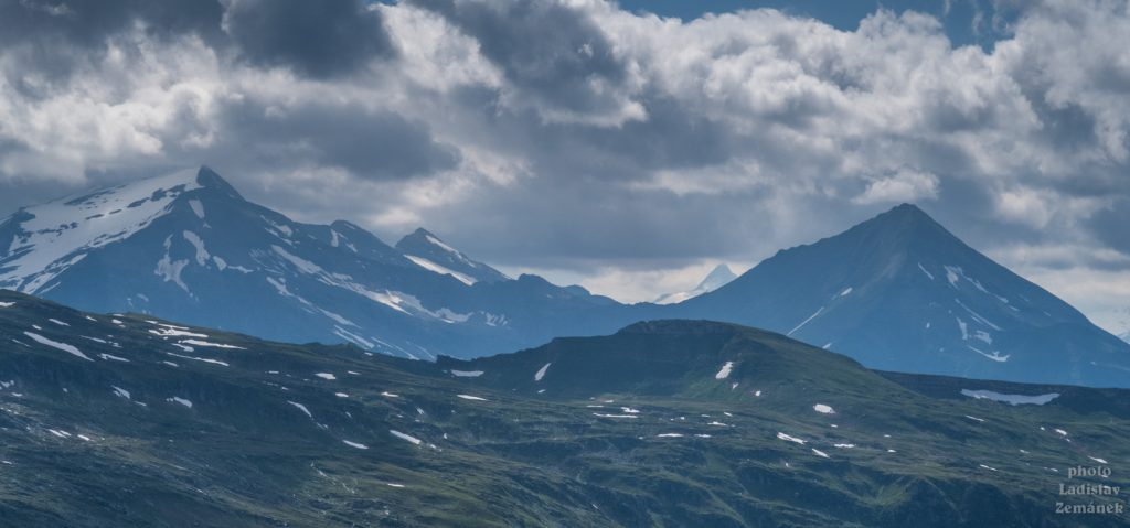 Glocknerblick - Grossglockner se na chvíli objevil (mlhavá hora vzadu)