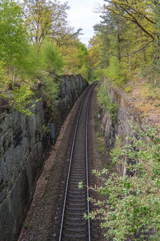 železnice ve skále