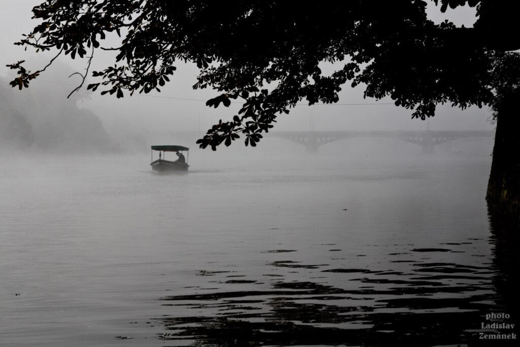 Převozník na Vltavě - mlhavé ráno