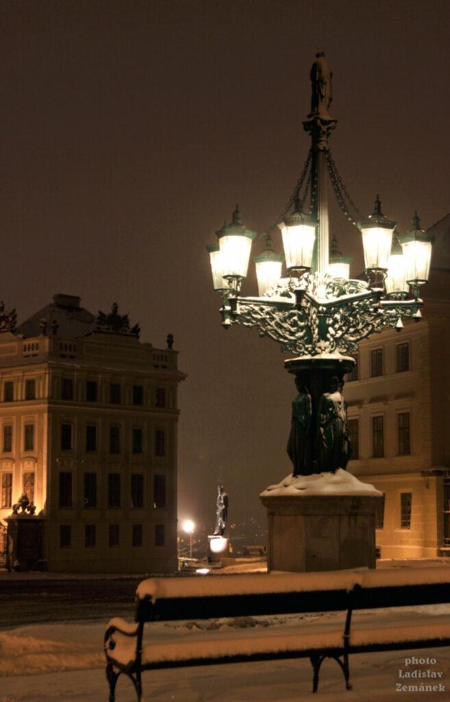 Zasněžený litinový plynový kandelábr - Hradčanské náměstí