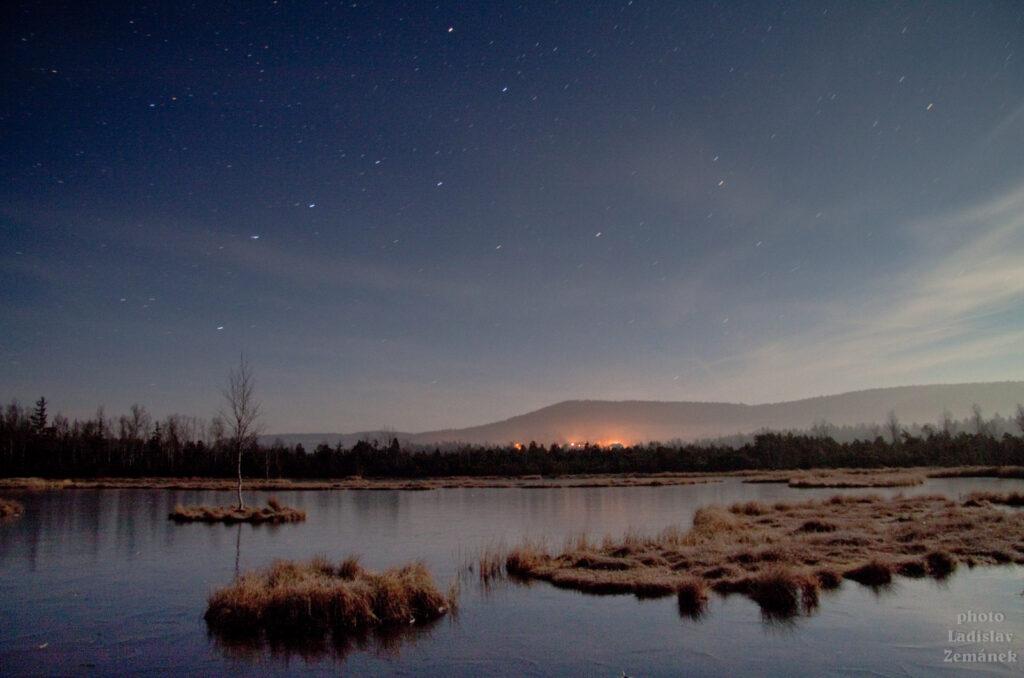 Zamrzlá Chalupská slať v noci