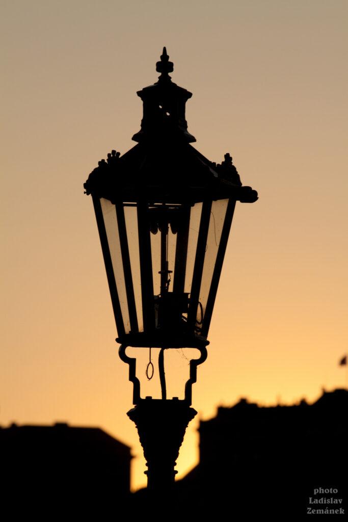 Silueta plynové lampy při západu slunce