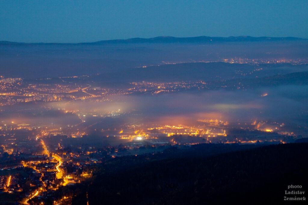 Ještěd - výhled na večerní Liberec
