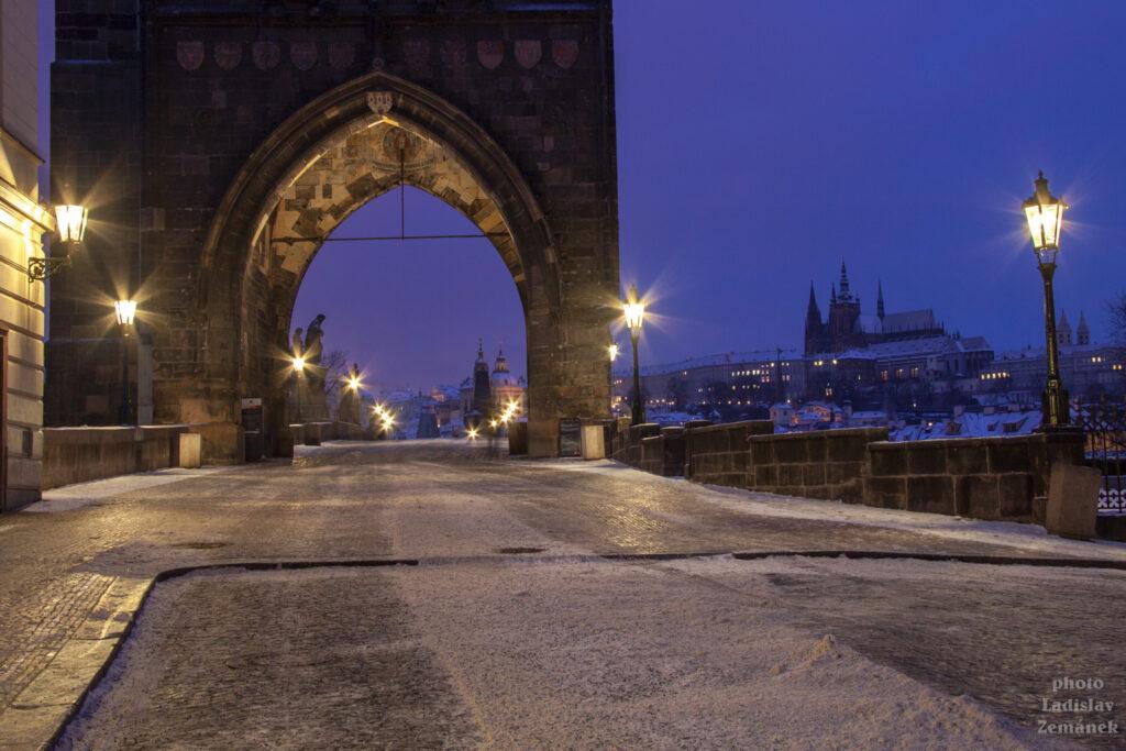 Zimní ráno s plynovými lampami na Karlově mostě