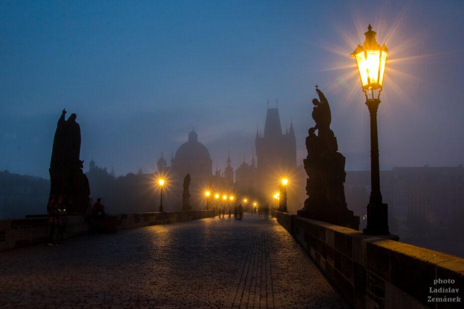 Plynové lampy za mlhavého rána na Karlově mostě