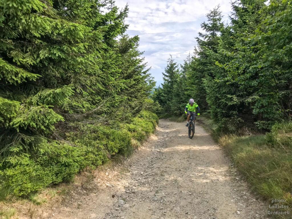 cyklista cestou na Ještěd