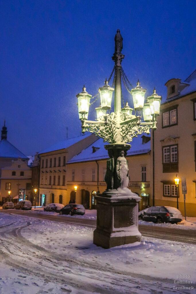 Hradčanský litinový plynový kandelábr se sněhem