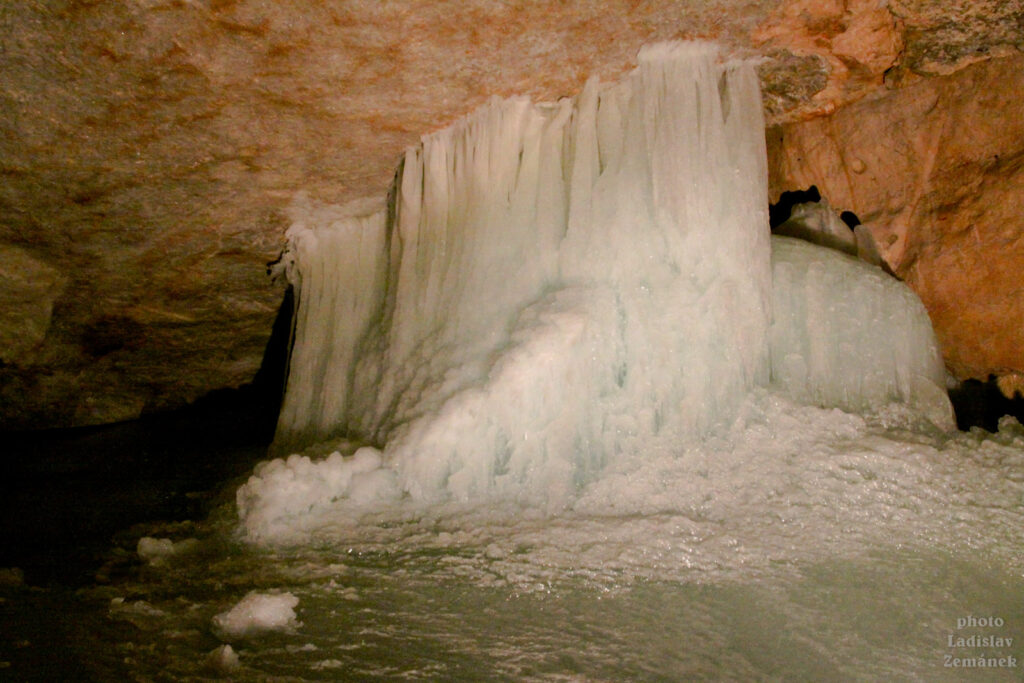 Obří ledová jeskyně - Dachstein-Rieseneishöhle