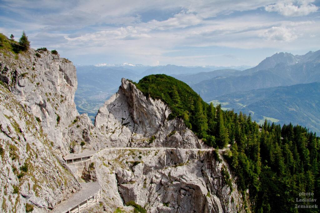 Cesta k Eisriesenwelt - výhled od jeskyně