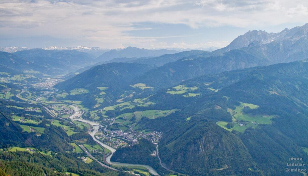 Cesta k Eisriesenwelt - výhled na údolí řeky Salzach