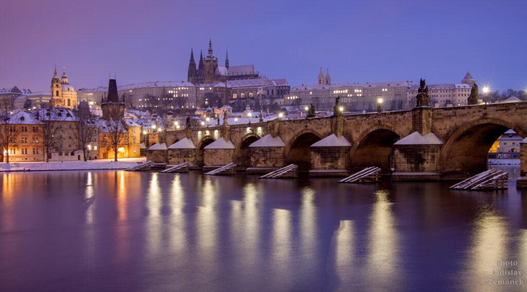 Karlův most a Pražský hrad - zima a sníh