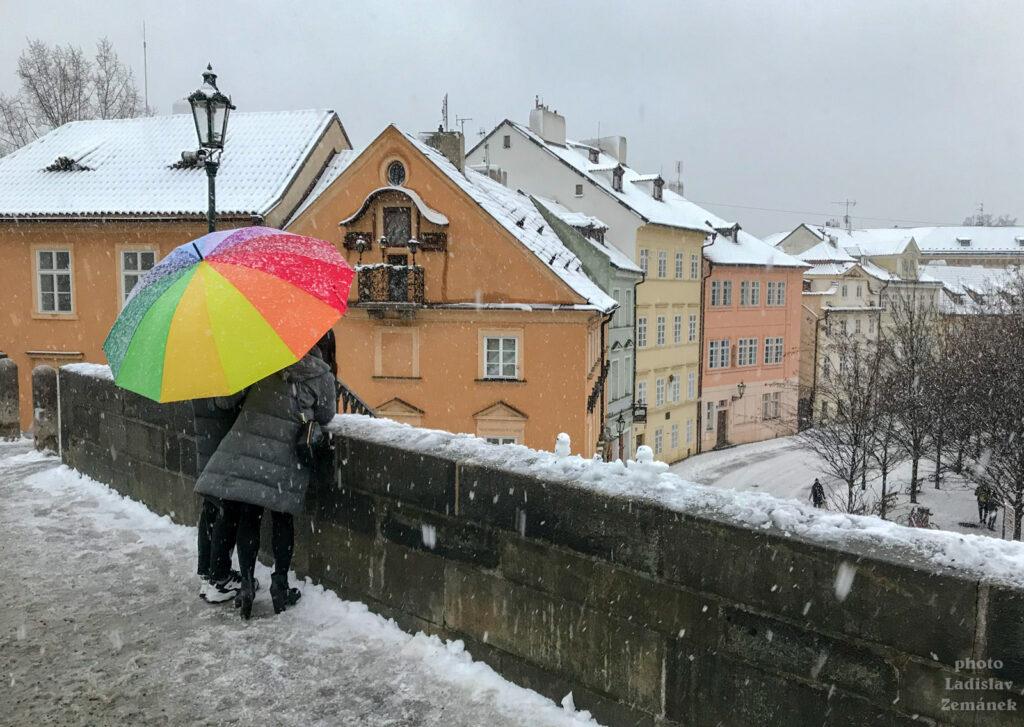 Karlův most - zima, sníh a barevný deštník