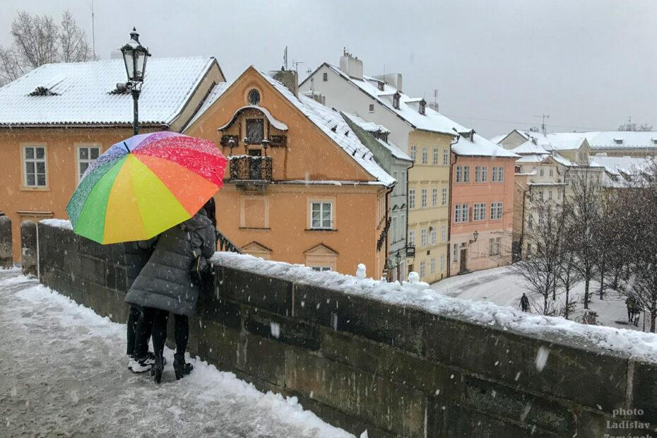 Praha - zima, sníh a barevný deštník