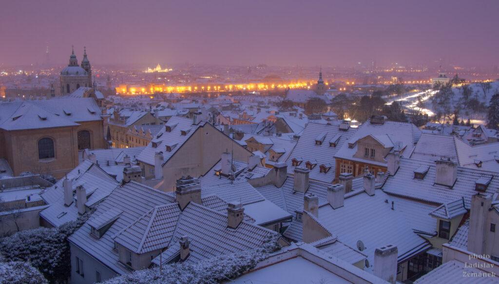 Malostranské střechy pod sněhem