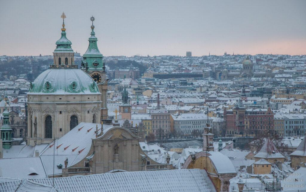 Malostranské střechy a Chrám sv. Mikuláše