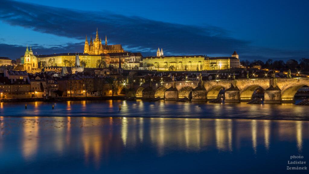 Typický Pražský hrad od Vltavy