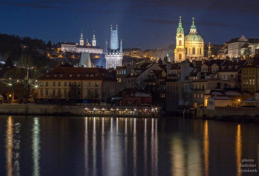 Alšovo nábřeží - večerní výhled na Malou Stranu a Karlův most