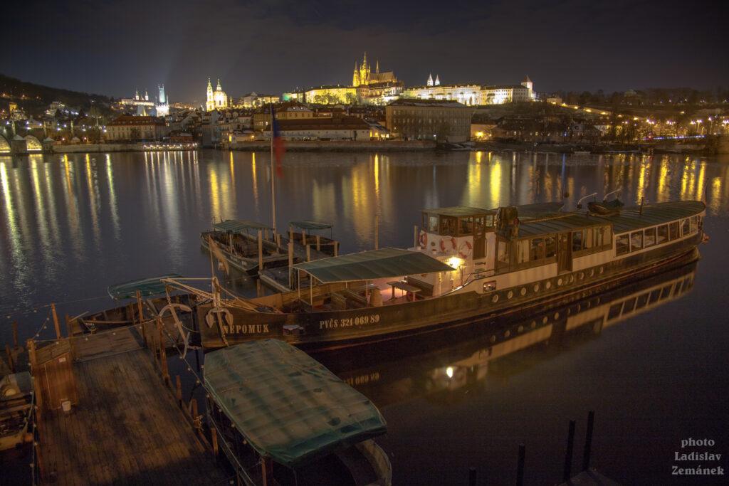 Alšovo nábřeží - večerní výhled na Malou Stranu a Pražský hrad