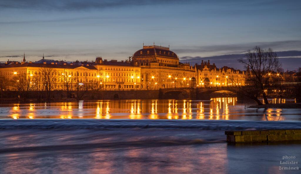 Vltava a Národní divadlo z Kampy - svítání