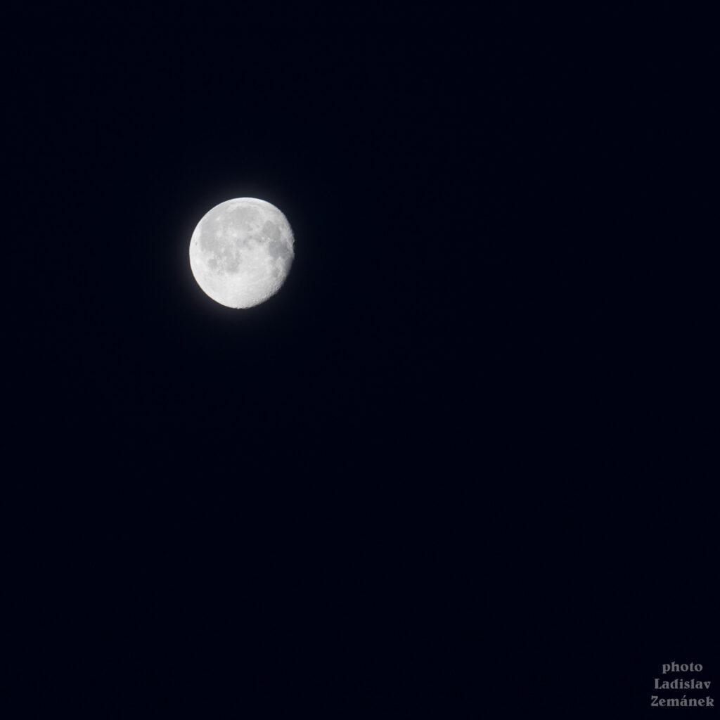 Měsíc ...