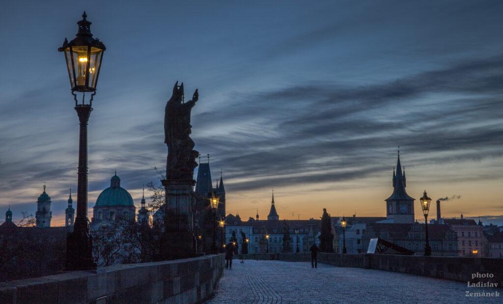 Zimní svítání na Karlově mostě