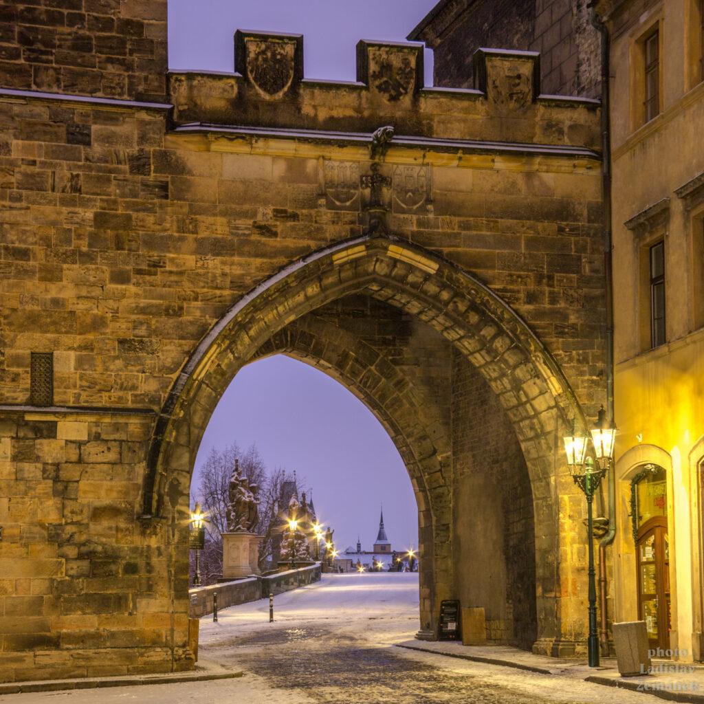 Mosteckou věží na zasněžený Karlův most